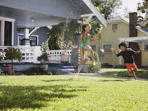 summer-lawn-sprinkler